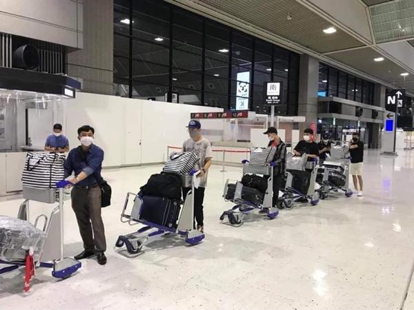 Hình ảnh tại sân bay đưa tro cốt nam thanh niên người Việt bị sát hại tại Nhật Bản trở về quê hương gây xúc động-3