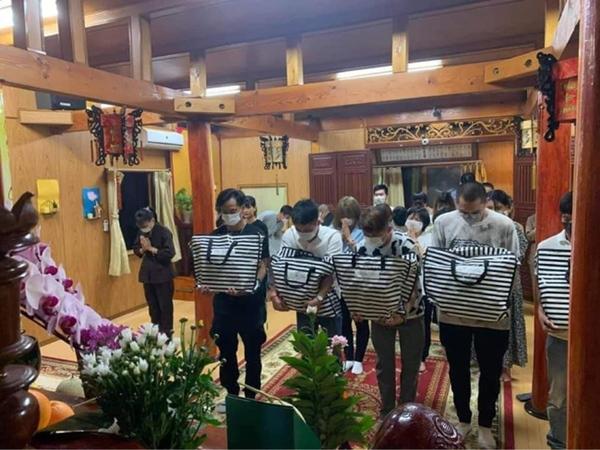 Hình ảnh tại sân bay đưa tro cốt nam thanh niên người Việt bị sát hại tại Nhật Bản trở về quê hương gây xúc động-5