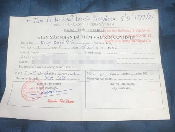 Trong 1 phút, trung niên 49 tuổi ở TP.HCM tiêm liền 2 mũi vaccine-1