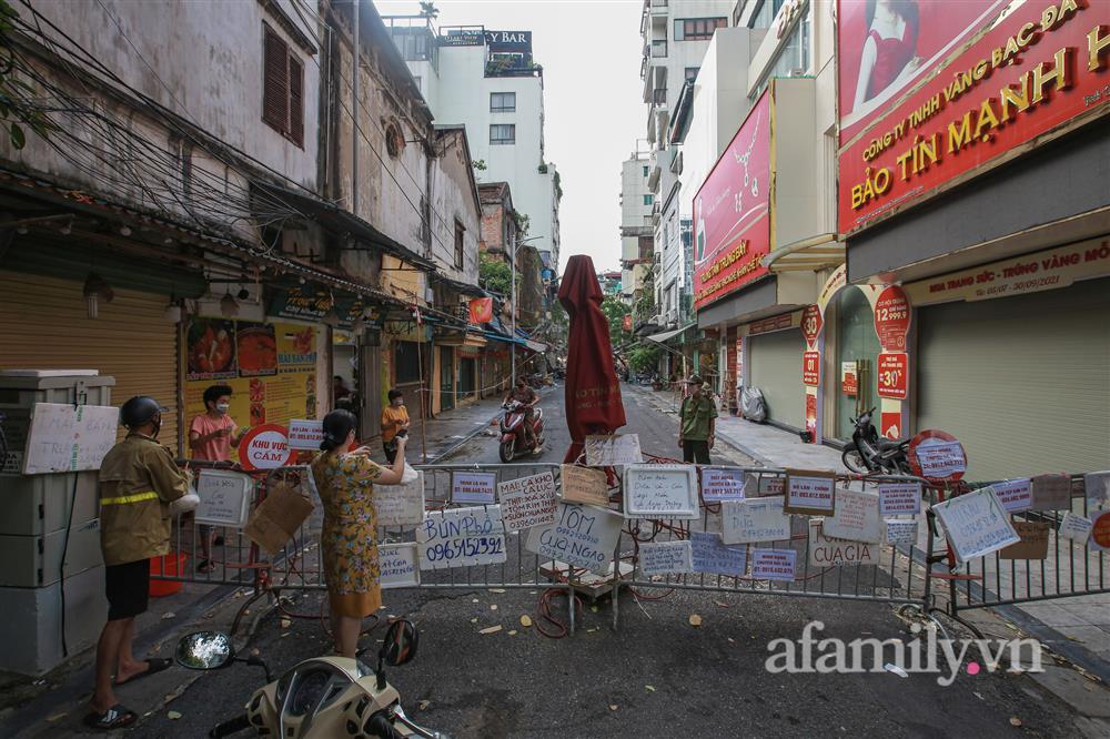 Hà Nội: Chợ phố cổ biển quảng cáo treo kín hàng rào, ai mua gì a lô có ngay không cần vào chợ-1
