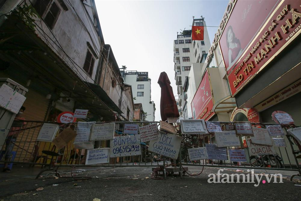 Hà Nội: Chợ phố cổ biển quảng cáo treo kín hàng rào, ai mua gì a lô có ngay không cần vào chợ-2