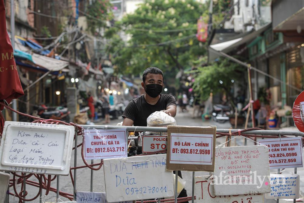 Hà Nội: Chợ phố cổ biển quảng cáo treo kín hàng rào, ai mua gì a lô có ngay không cần vào chợ-4