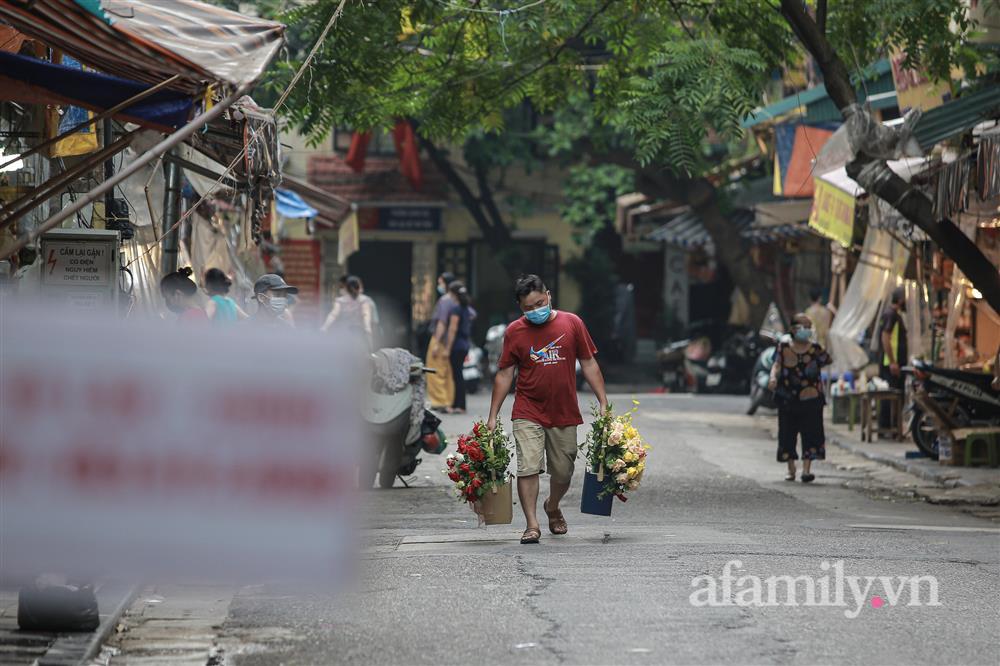 Hà Nội: Chợ phố cổ biển quảng cáo treo kín hàng rào, ai mua gì a lô có ngay không cần vào chợ-5