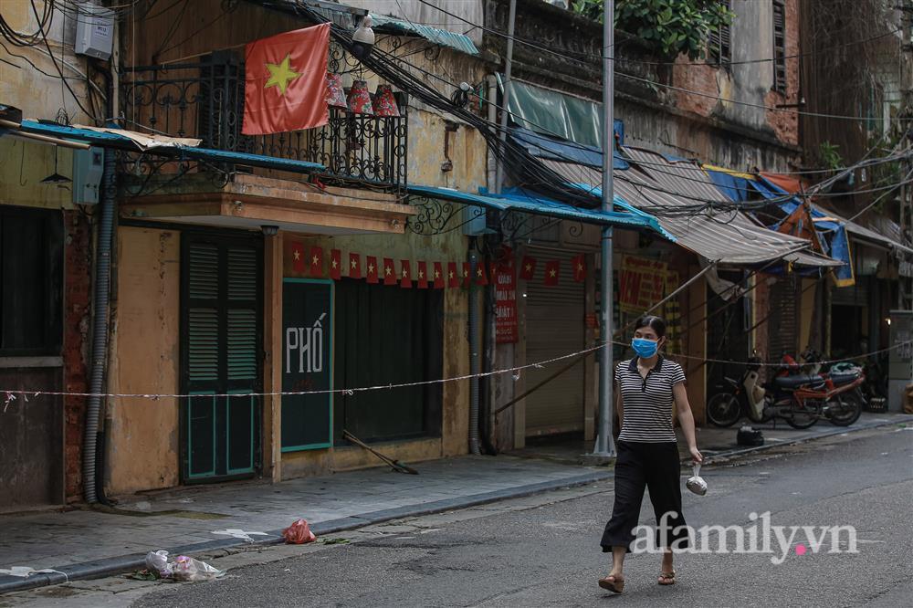 Hà Nội: Chợ phố cổ biển quảng cáo treo kín hàng rào, ai mua gì a lô có ngay không cần vào chợ-6