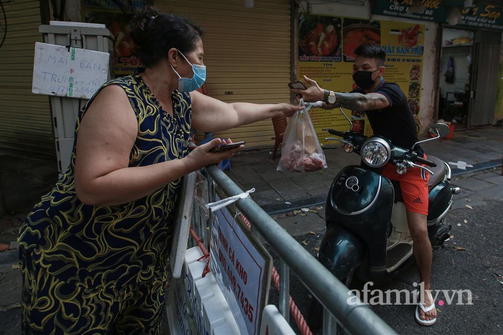 Hà Nội: Chợ phố cổ biển quảng cáo treo kín hàng rào, ai mua gì a lô có ngay không cần vào chợ-8