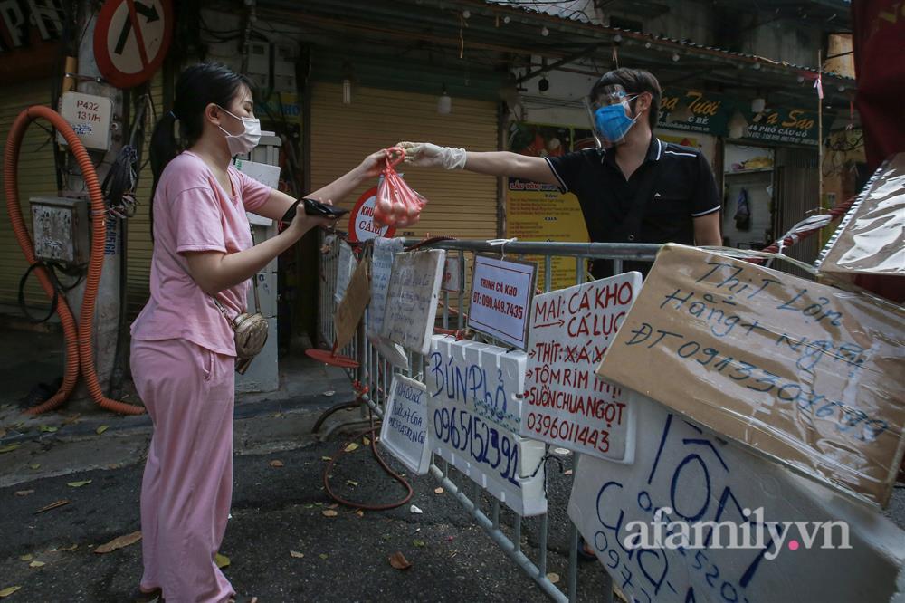 Hà Nội: Chợ phố cổ biển quảng cáo treo kín hàng rào, ai mua gì a lô có ngay không cần vào chợ-9