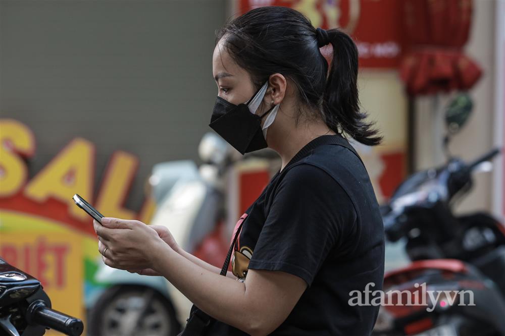 Hà Nội: Chợ phố cổ biển quảng cáo treo kín hàng rào, ai mua gì a lô có ngay không cần vào chợ-10