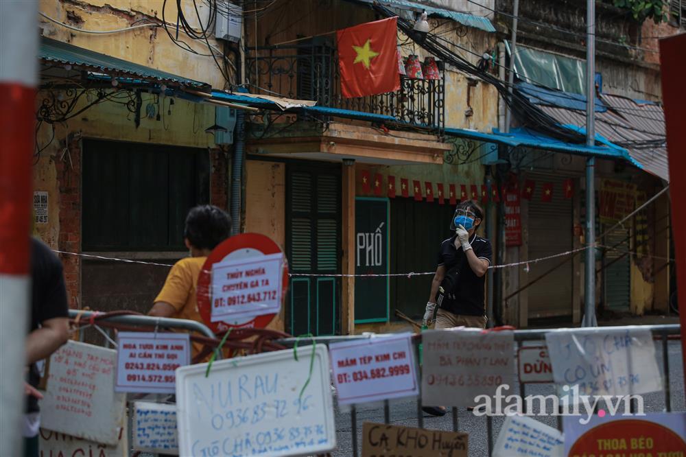 Hà Nội: Chợ phố cổ biển quảng cáo treo kín hàng rào, ai mua gì a lô có ngay không cần vào chợ-12
