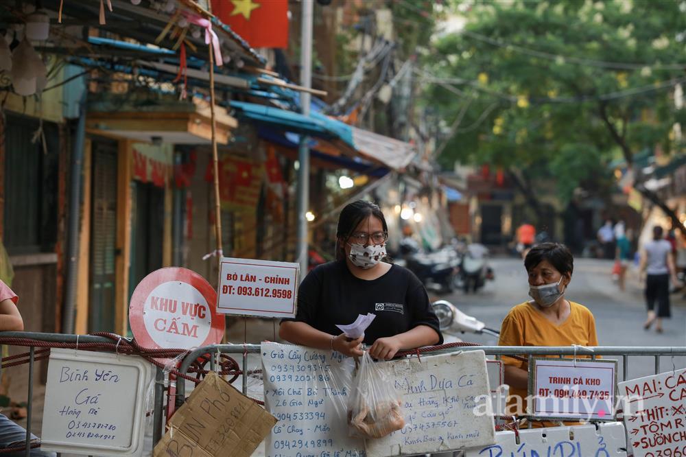 Hà Nội: Chợ phố cổ biển quảng cáo treo kín hàng rào, ai mua gì a lô có ngay không cần vào chợ-13