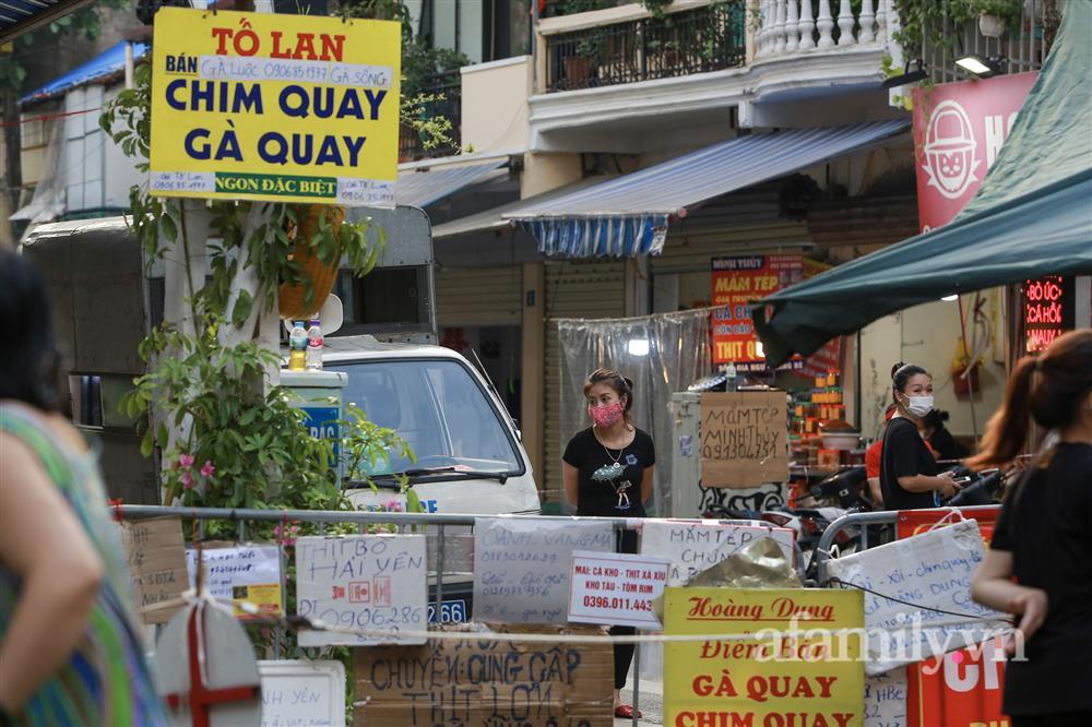 Hà Nội: Chợ phố cổ biển quảng cáo treo kín hàng rào, ai mua gì a lô có ngay không cần vào chợ-14