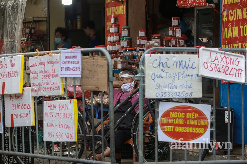 Hà Nội: Chợ phố cổ biển quảng cáo treo kín hàng rào, ai mua gì a lô có ngay không cần vào chợ-15