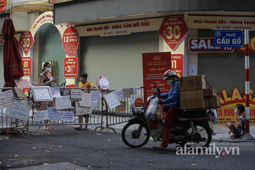 Hà Nội: Chợ phố cổ biển quảng cáo treo kín hàng rào, ai mua gì a lô có ngay không cần vào chợ-11