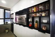 Căn bếp 13m² chứa 'tỉ thứ đồ' bên trong nhờ thiết kế 'hệ giấu kín' thông minh của mẹ đảm ở Hà Nội