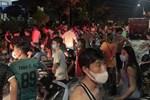 Người dân lôi bình gas đang bốc cháy ra khỏi căn hộ ở Trung Quốc-1