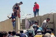 Một số người bám vào máy bay Mỹ cất cánh ở Kabul