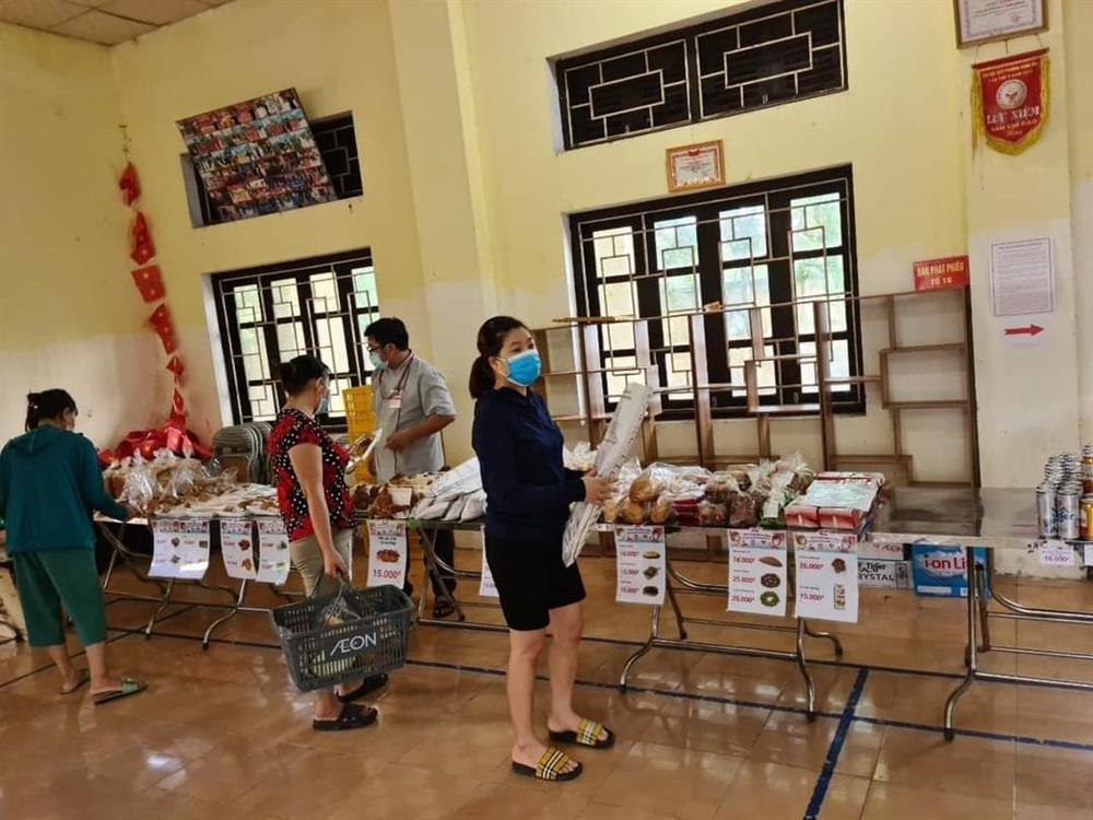 Chưa từng thấy ở Hà Nội, họp chợ bán rau trong nhà văn hoá-3