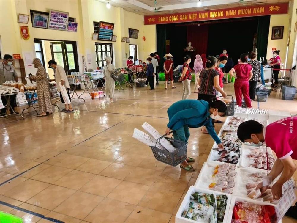 Chưa từng thấy ở Hà Nội, họp chợ bán rau trong nhà văn hoá-4