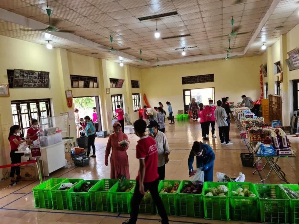 Chưa từng thấy ở Hà Nội, họp chợ bán rau trong nhà văn hoá-5