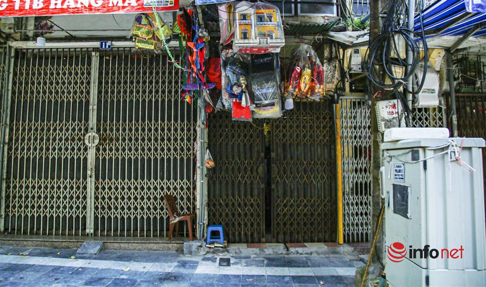 Phố Hàng Mã vắng lặng mùa Vu lan, một vài tiệm hé cửa bán-10