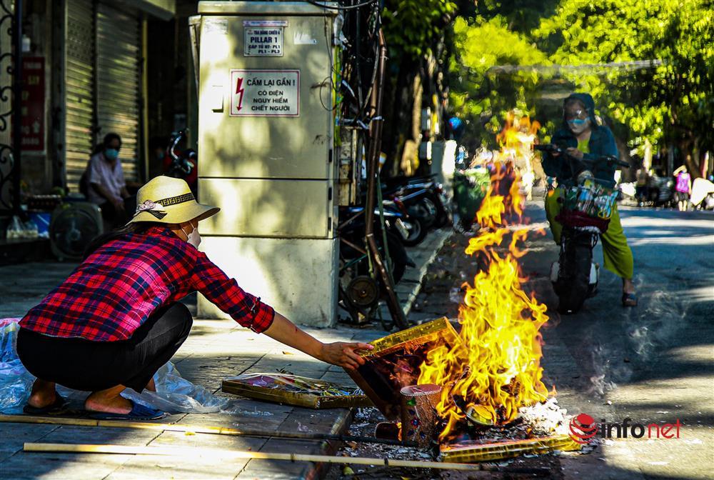 Phố Hàng Mã vắng lặng mùa Vu lan, một vài tiệm hé cửa bán-12