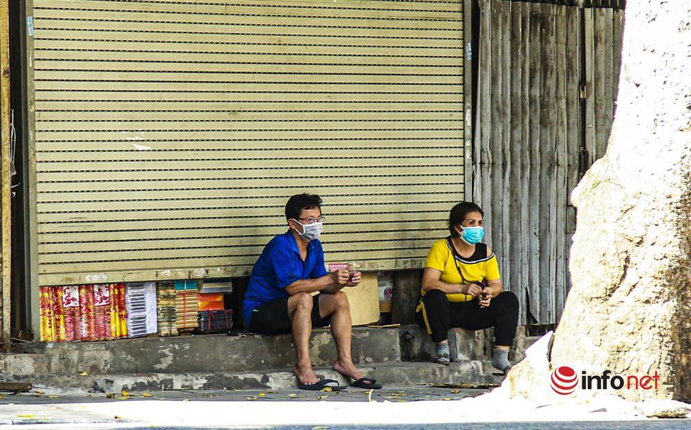 Phố Hàng Mã vắng lặng mùa Vu lan, một vài tiệm hé cửa bán-2