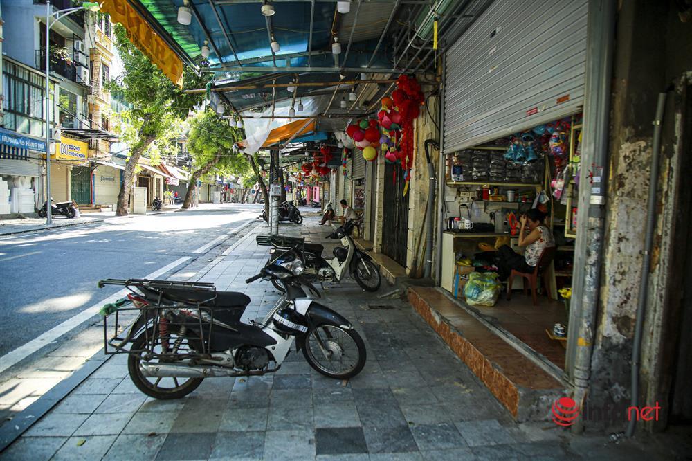 Phố Hàng Mã vắng lặng mùa Vu lan, một vài tiệm hé cửa bán-3