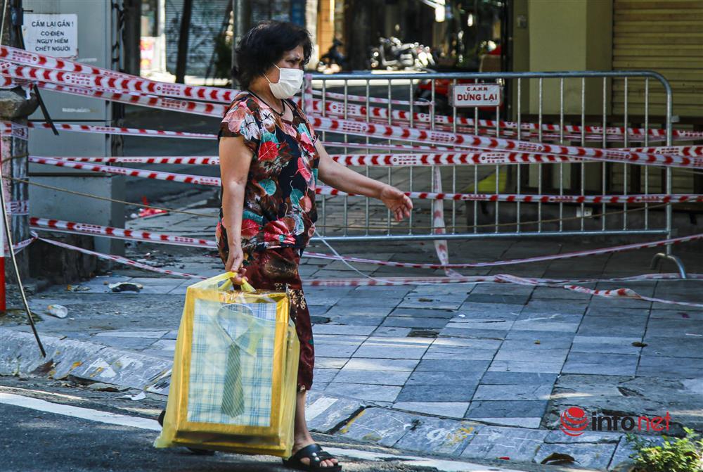 Phố Hàng Mã vắng lặng mùa Vu lan, một vài tiệm hé cửa bán-4