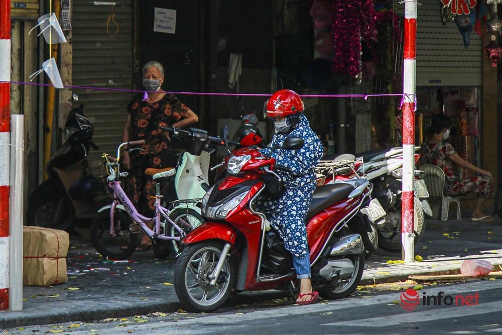 Phố Hàng Mã vắng lặng mùa Vu lan, một vài tiệm hé cửa bán-5