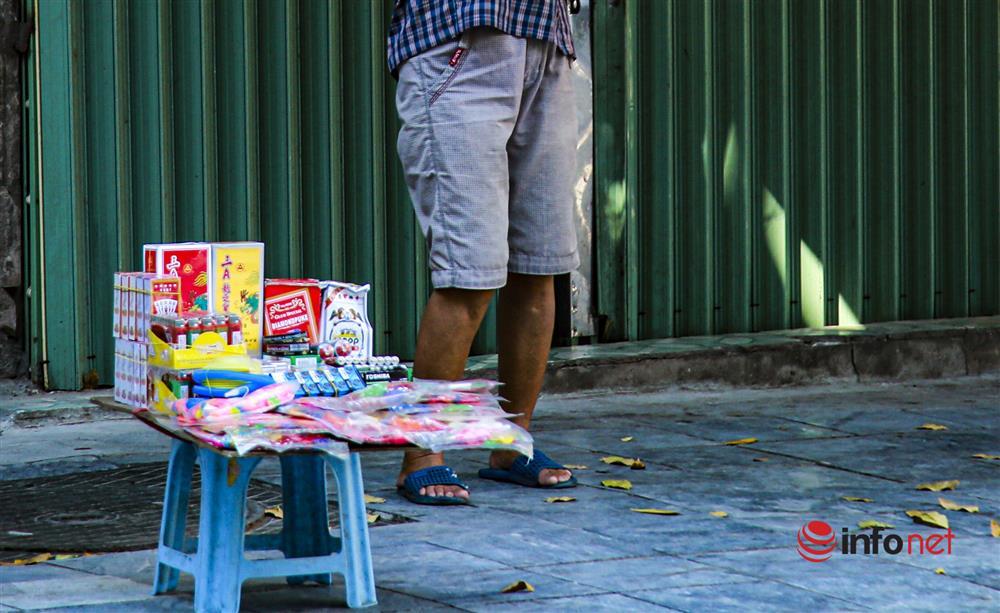 Phố Hàng Mã vắng lặng mùa Vu lan, một vài tiệm hé cửa bán-7