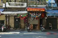 Phố Hàng Mã vắng lặng mùa Vu lan, một vài tiệm hé cửa bán