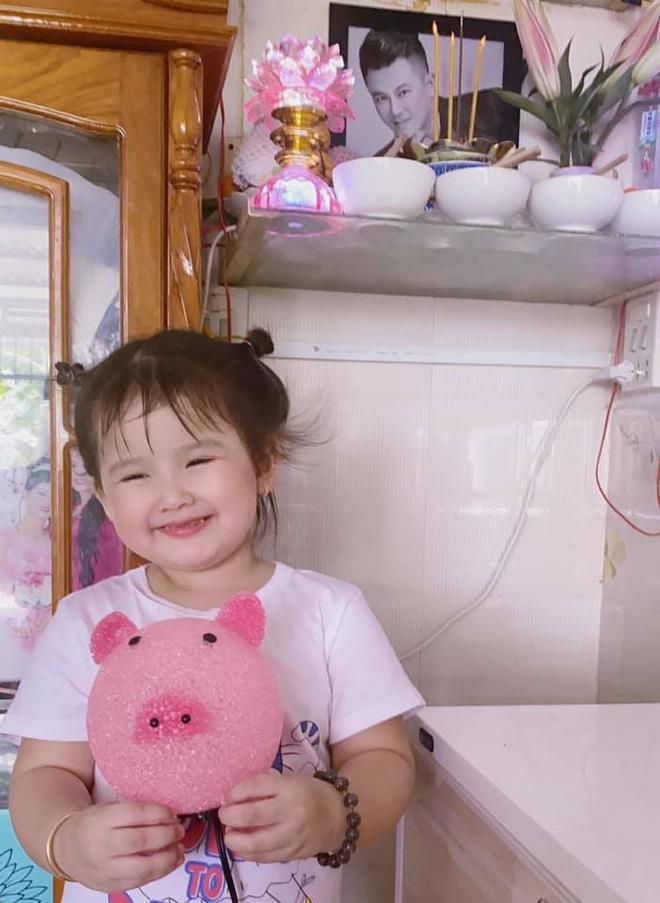 Con gái cố NS Vân Quang Long hồn nhiên mừng sinh nhật 3 tuổi, xót xa vì thiếu đi 1 điều sau 8 tháng bố qua đời-7