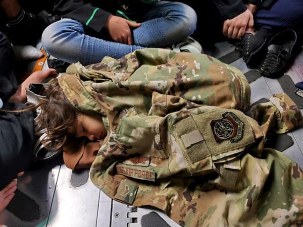 Những bà mẹ Afghanistan tuyệt vọng ném con qua rào chắn, xin người ta đưa chúng đi thật xa: Quặn lòng ánh mắt những đứa trẻ tìm mẹ-4