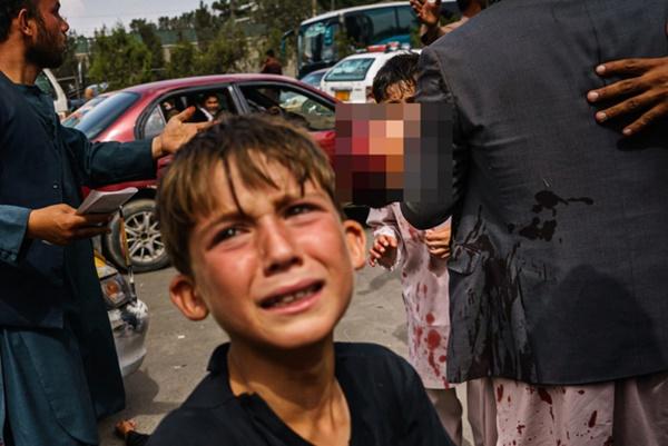 Những bà mẹ Afghanistan tuyệt vọng ném con qua rào chắn, xin người ta đưa chúng đi thật xa: Quặn lòng ánh mắt những đứa trẻ tìm mẹ-1