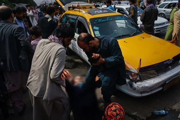 Những bà mẹ Afghanistan tuyệt vọng ném con qua rào chắn, xin người ta đưa chúng đi thật xa: Quặn lòng ánh mắt những đứa trẻ tìm mẹ-5