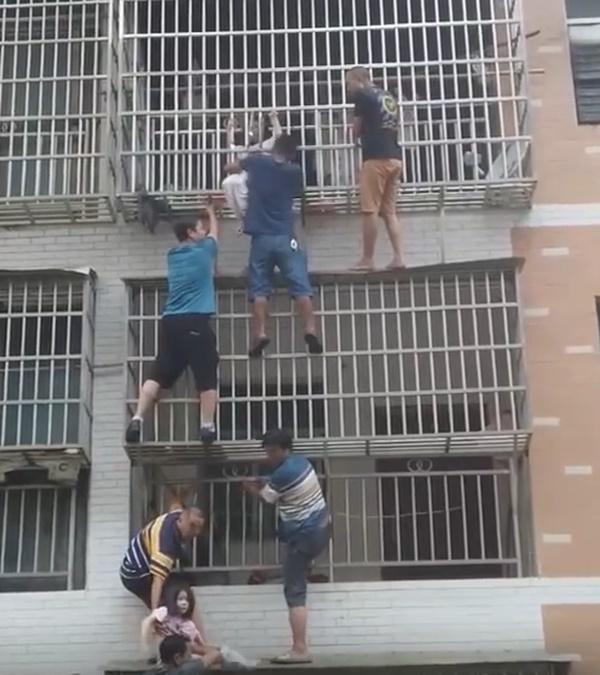 Clip: Cả chung cư hợp lực trèo lên căn hộ đang cháy để giải cứu hai bé gái mắc kẹt trong nhà-2