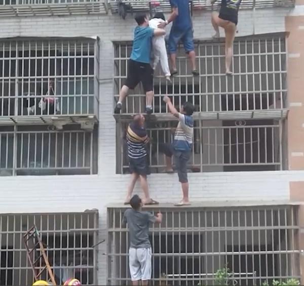 Clip: Cả chung cư hợp lực trèo lên căn hộ đang cháy để giải cứu hai bé gái mắc kẹt trong nhà-1