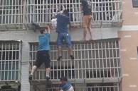 Clip: Cả chung cư hợp lực trèo lên căn hộ đang cháy để giải cứu hai bé gái mắc kẹt trong nhà