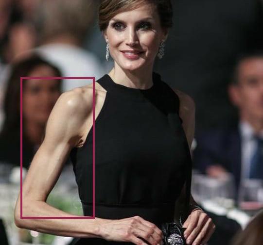 Hoàng hậu Tây Ban Nha nhiều lần diện đầm lộ vai gân guốc thô cứng, còn đâu là biểu tượng mặc đẹp hơn Kate-1