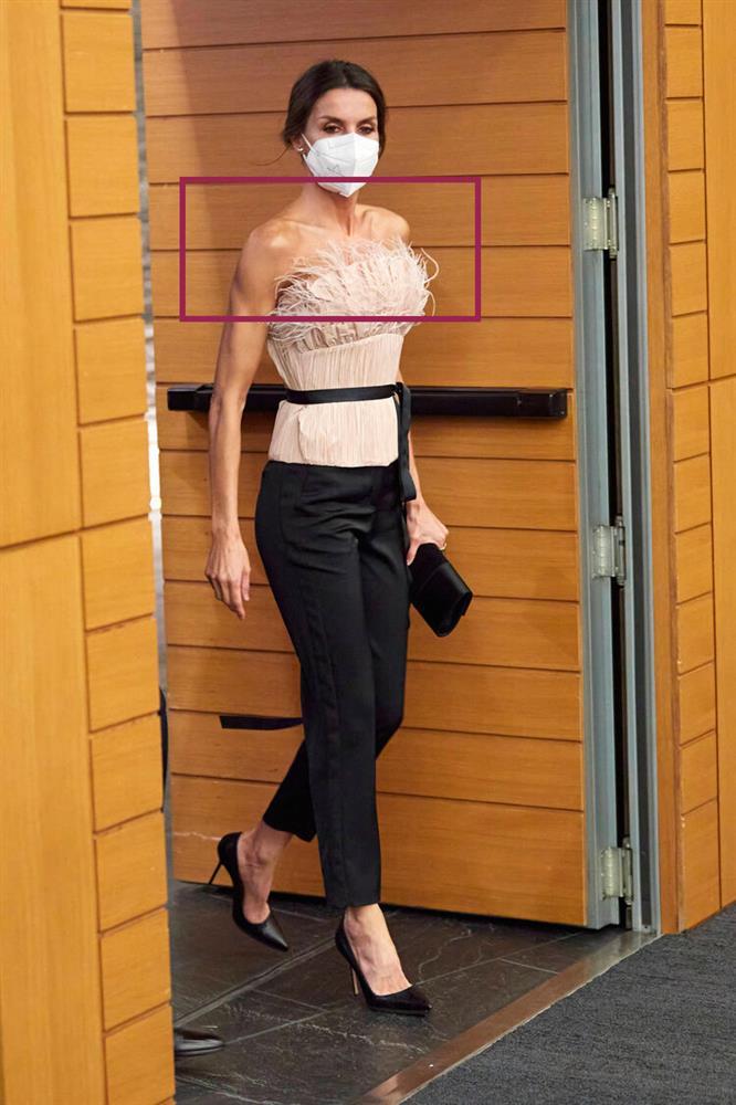 Hoàng hậu Tây Ban Nha nhiều lần diện đầm lộ vai gân guốc thô cứng, còn đâu là biểu tượng mặc đẹp hơn Kate-7