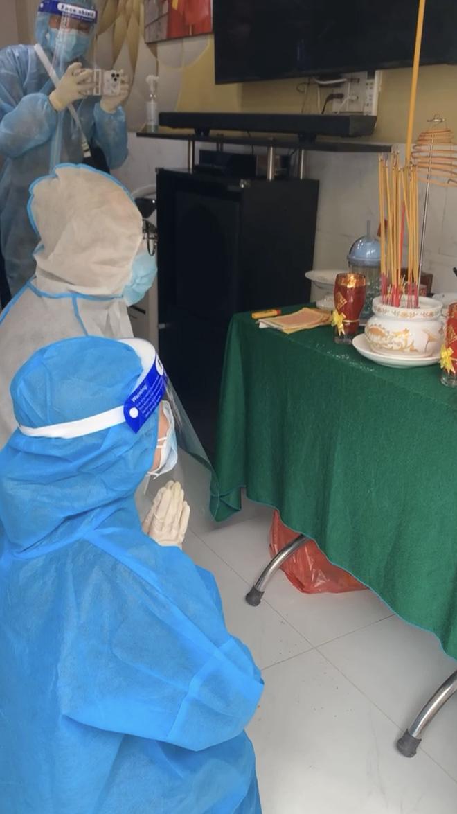 Tang lễ gấp rút của NS Bạch Mai: Bình Tinh suy sụp bên bàn thờ lập vội cho mẹ, NS Ngọc Huyền - Thoại Mỹ bật khóc nức nở-3