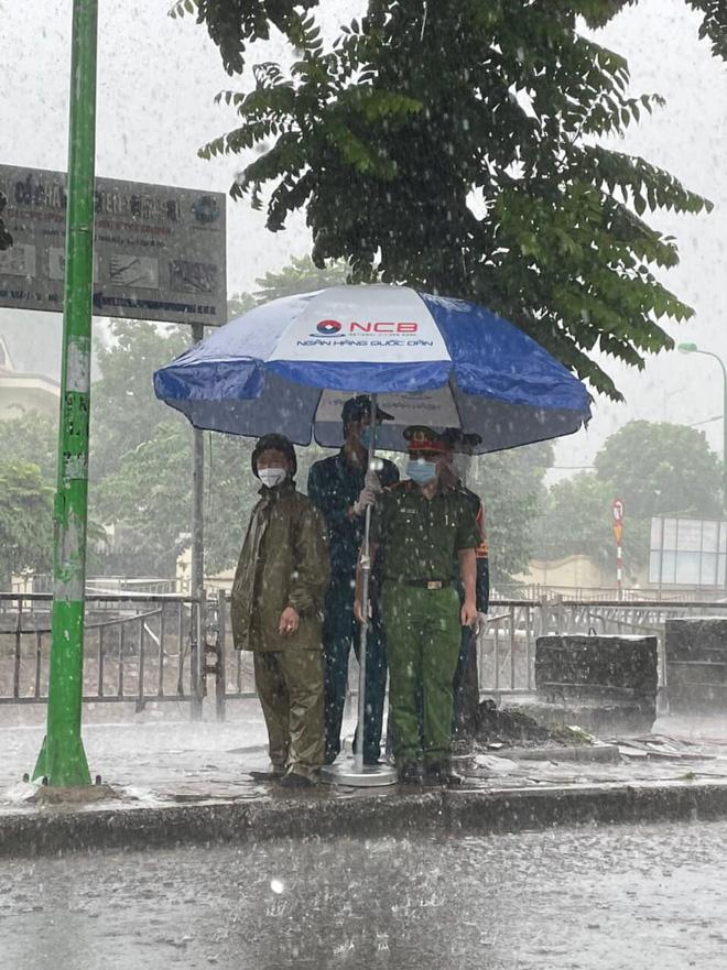 Hà Nội: Hình ảnh các cán bộ chiến sĩ làm nhiệm vụ trực chốt dưới cơn mưa tầm tã gây xúc động mạnh-1
