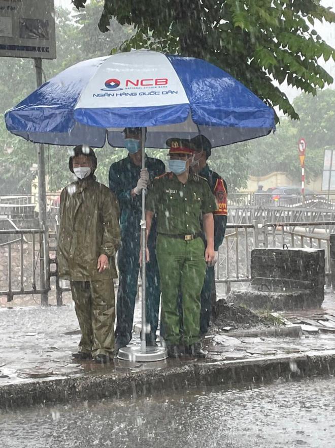 Hà Nội: Hình ảnh các cán bộ chiến sĩ làm nhiệm vụ trực chốt dưới cơn mưa tầm tã gây xúc động mạnh-2