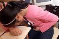 Bé gái 7 tuổi đau đầu suốt 1 tuần liền, bác sĩ bó tay không tìm ra bệnh, nguyên nhân được hé lộ qua mẩu giấy khiến bà mẹ hối hận tự trách bản thân