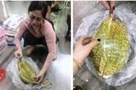 Hai chị em hí hửng đi mua quả sầu riêng nhưng bổ ra không thấy thịt đâu mà lại khóc rớt nước mắt với 'thứ hiếm gặp' bên trong