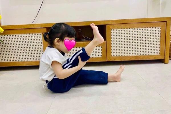 Con gái Trường Giang khiến netizen thích thú với loạt khoảnh khắc khua chân múa tay hài hước-1