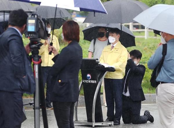 Truyền thông Hàn Quốc tiết lộ đoạn clip toàn cảnh vụ Thứ trưởng để nhân viên quỳ gối cầm ô che mưa suốt 10 phút-1