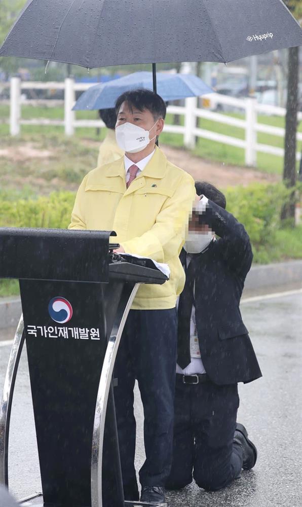 Truyền thông Hàn Quốc tiết lộ đoạn clip toàn cảnh vụ Thứ trưởng để nhân viên quỳ gối cầm ô che mưa suốt 10 phút-2