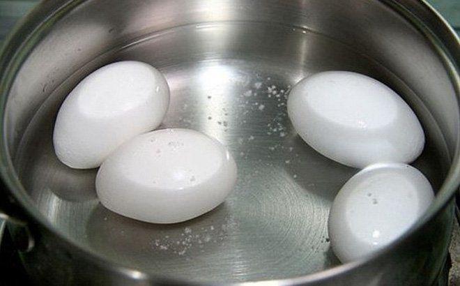 Luộc trứng bằng nước sôi hay lạnh, nhiều người làm sai bảo sao trứng nứt vỏ, không ngon-3