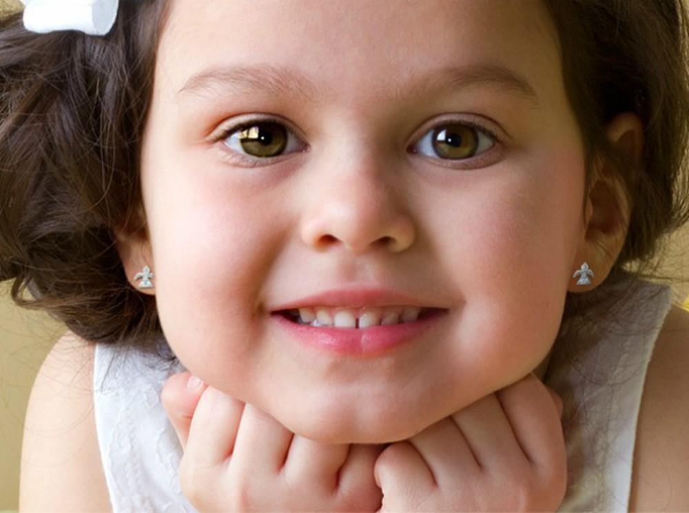 """Bé gái 6 tháng tuổi vùng vẫy khóc lóc khi đượcđưa đi bấm lỗ tai và lý lẽ gây tranh cãi của người mẹ: Tôi có quyền""""-5"""