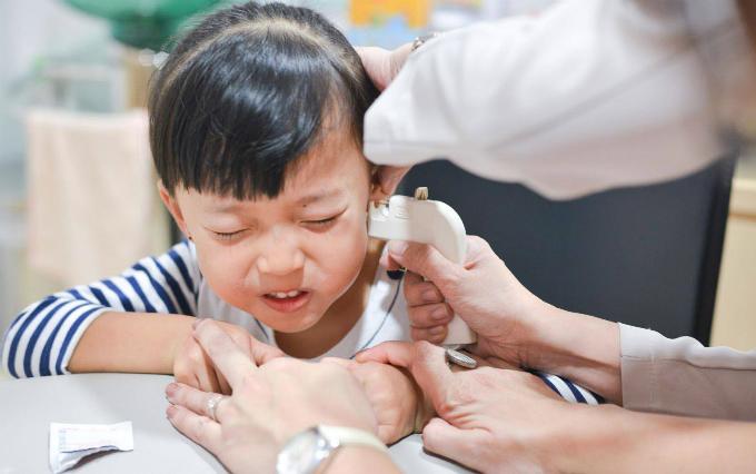 """Bé gái 6 tháng tuổi vùng vẫy khóc lóc khi đượcđưa đi bấm lỗ tai và lý lẽ gây tranh cãi của người mẹ: Tôi có quyền""""-4"""